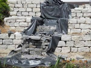 Aufbau der Wasserfallstufen mit Schiefer