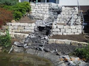 Auskliden mit Schotter des Bachlauf-Teichs